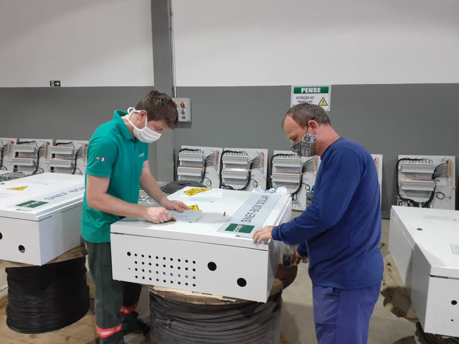 String box é um equipamento de proteção que isola o sistema de produção de energia fotovoltaica com o objetivo de impedir acidentes elétricos.
